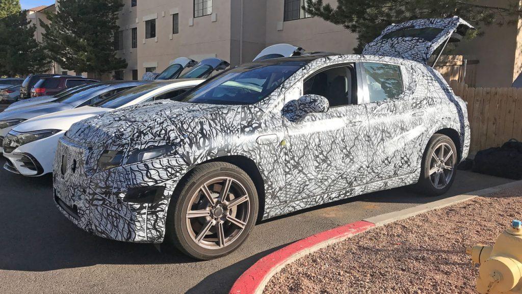 Yeni 2022 Mercedes EQS SUV daha hafif kamuflajla görüntülendi